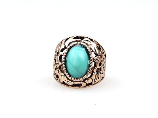 Bague ornée de motifs et d'une pierre en turquoise