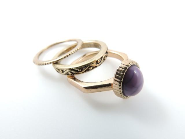 Lot de 3 bagues dont une ornée d'une jolie pierre violet marbrée ovale