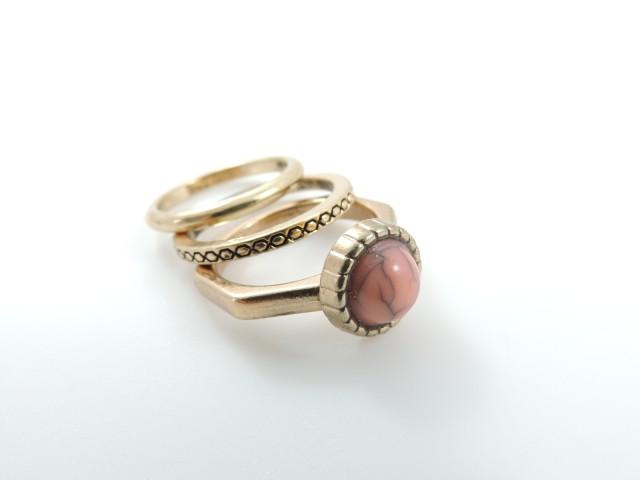 Lot de 3 bagues dont une ornée d'une jolie pierre rose marbrée