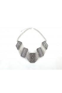 Collier argenté avec motifs style arabe