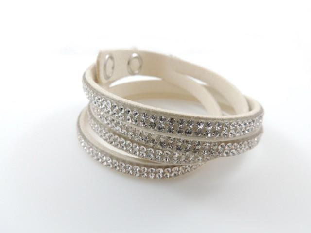 Bracelet coulissant orné de petits cristaux blanc cassé
